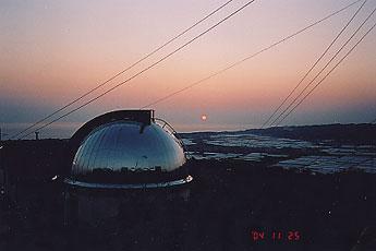 [芸西天文台と落日の写真]