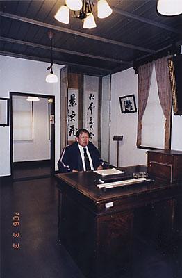 [木村博士の机に座る関(木村記念館)]